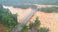 Banjir yang merendam Kabupaten Konawe Utara memutuskan sejumlah akses transportasi di wilayah itu, Minggu (9/6/2019). (Foto: Oheo)