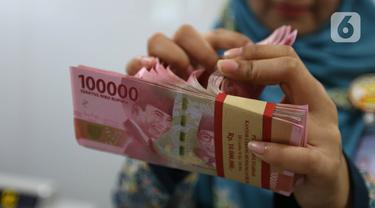 Teller menghitung mata uang rupiah di bank, Jakarta, Rabu (22/1/2020). Gubernur Bank Indonesia Perry Warjiyo mengatakan penguatan nilai tukar rupiah yang belakangan terjadi terhadap dolar Amerika Serikat sejalan dengan fundamental ekonomi Indonesia dan mekanisme pasar. (Liputan6.com/Angga Yuniar)