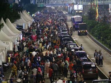 Warga memadati malam pergantian tahun di Jalan MH Thamrin, Jakarta, Minggu (31/12). Pemprov DKI Jakarta memberlakukan car free night di Jalan Sudirman hingga Thamrin. (Liputan6.com/Angga Yuniar)
