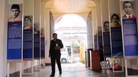 Seorang petugas berjalan di koridor masuk Museum Kebangkitan Nasional di Jakarta, Rabu (20/5). Hari Kebangkitan Nasional yang diperingati hari ini merupakan refleksi mengenang masa memperjuangkan kemerdekaan. (Liputan6.com/Helmi Afandi)
