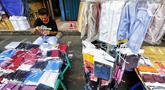 Pedagang menata masker berbahan kain di Pasar Pagi, Jakarta, Senin (6/4/2020). Masker yang dijual Rp10 ribu per buahnya menyusul mahalnya harga dan kesulitan warga mendapatkan masker medis untuk mencegah terjangkit virus Corona COVID-19. (Liputan6.com/Fery Pradolo)