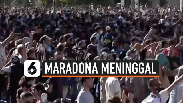 Peti mati jenazah legenda sepak bola Maradona melintasi jalanan kota Buenos Aires hari Kamis (26/11) waktu setempat. iring-iringan kendaraan jenazah Maradona disabut puluhan ribu warga yang ingin berikan penghormatan terakhir.