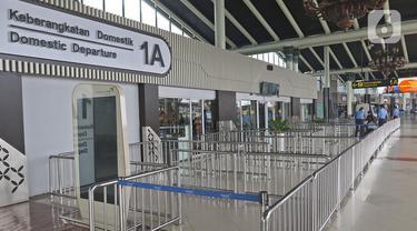 Suasana lengang di Terminal 1 A Bandara Soekarno Hatta, Tangerang, Banten, Sabtu (28/3/2020). PT Angkasa Pura II (Persero) akan membatasi kegiatan di Terminal 1 dan 2 Bandara Soekarno Hatta yang berlaku mulai 1 April 2020 terkait meluasnya kasus virus Corona.  (Liputan6.com/Herman Zakharia)