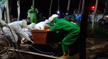 Proses pemakaman pasien positif COVID-19 di Purbalingga, benerapa waktu lalu. (Foto: Liputan6.com/Istimewa/Rudal Afgani)