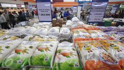 Pengunjung berbelanja di pusat perbelanjaan di Tangerang, Banten, (16/12). Permendag tersebut mengatur kewajiban pencantuman label dalam Bahasa Indonesia. (Liputan6.com/Angga Yuniar)