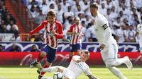 Aksi pemain Atletico Madrid, Antoine Griezmann (kiri) dan gelandang Real Madrid, Toni Kroos.  (FOTO/ La Liga)