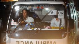 Ambulans yang membawa jenazah terpidana mati keluar dari dermaga Wijayapura, Cilacap, Jawa tengah,Jumat (29/7). Menurut informasi, Ambulans bernomor 6 mengangkut jenazah Michael Titus. (Liputan6.com/Helmi Afandi)