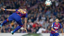 Gelandang Barcelona, Arturo Vidal menyundul bola saat menjamu Real Valladolid dalam pertandingan pekan ke-11 La Liga  di Camp Nou, Selasa (29/10/2019). Barcelona sukses merebut puncak klasemen La Liga pekan ini setelah menang telak dengan skor 5-1 atas Valladolid. (AP/Joan Monfort)