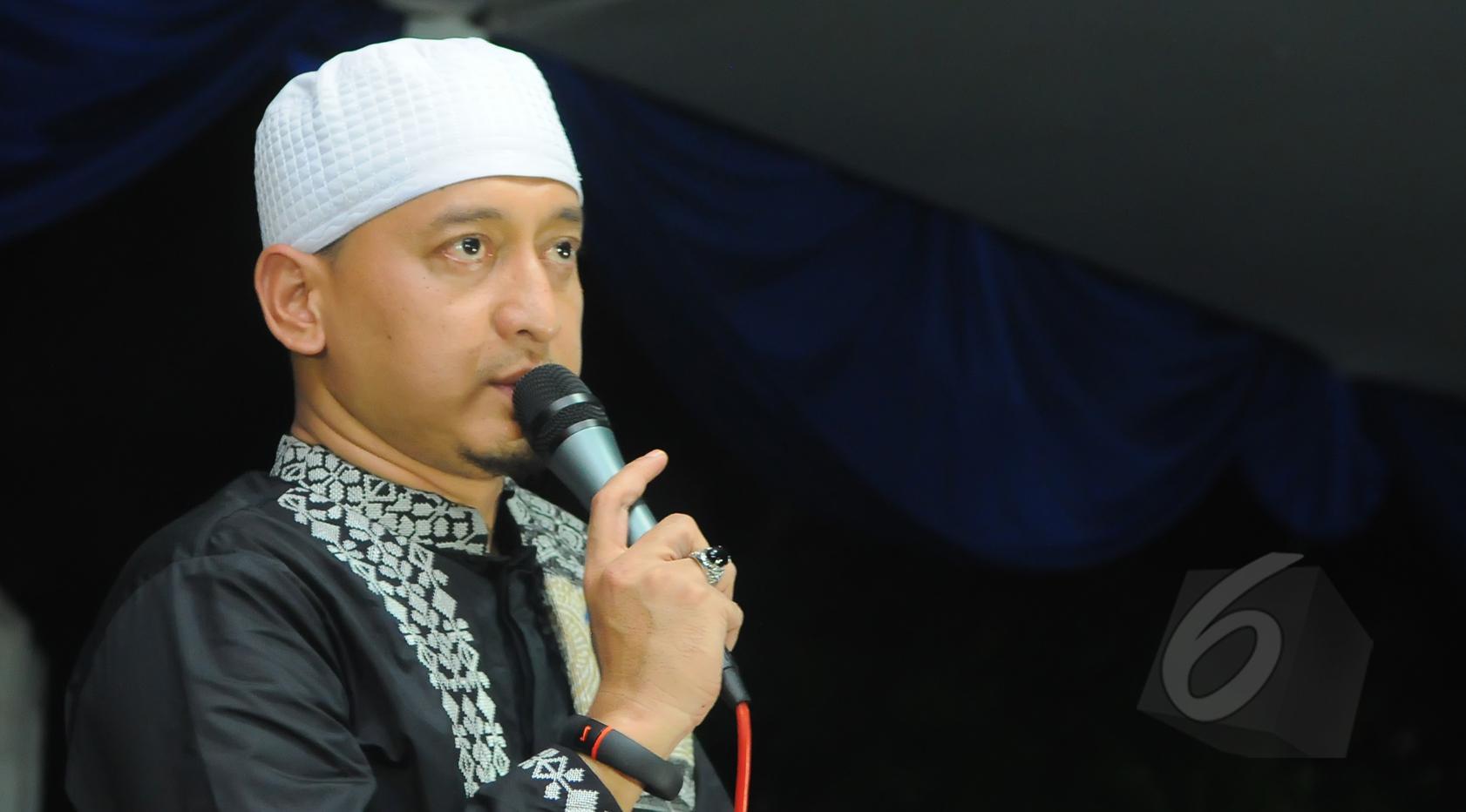 Ustad Zaki Mirza menyampaikan tausiah di acara tahlilan tujuh hari kematian Olga Syahputra di kawasan Duren Sawit, Jakarta, Jumat (3/4/2015). (Liputan6.com/Herman Zakharia)