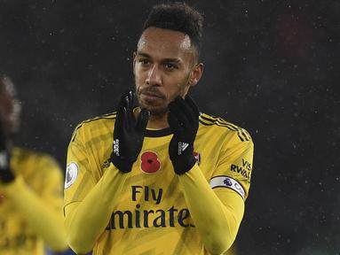 Striker Arsenal, Pierre-Emerick Aubameyang, menyapa suporter usai melawan Leicester pada laga Premier League di Stadion King Power, Leicester, Sabtu (9/11). Leicester menang 2-0 atas Arsenal. (AFP/Oli Scarff)