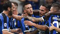 Bek Inter Milan, Danilo D'Ambrosio (kedua kanan) berselebrasi dengan rekan-rekannya usai mencetak gol ke gawang Lazio pada lanjutan Liga Serie A di stadion San Siro di Milan (25/9/2019). Inter Milan menang tipis atas Lazio 1-0 berkat gol Danilo D'Ambrosio.  (AFP Photo/Marco Bertorello)