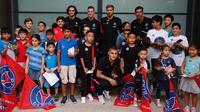 Pemain Paris Saint Germain (PSG) berpose bersama penggemar di Singapura. (Ist)