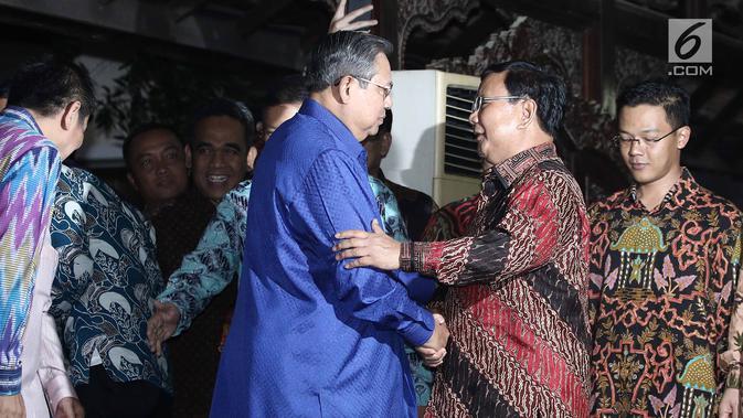 Presiden RI ke 6 Susilo Bambang Yudhoyono berjabat tangan menyambut kedatangan Ketua Umum Gerinda, Prabowo Subianto di kediaman SBY di Cikeas, Bogor pada 27 Juli 2017. (Liputan6.com/Herman Zakharia)#source%3Dgooglier%2Ecom#https%3A%2F%2Fgooglier%2Ecom%2Fpage%2F%2F10000