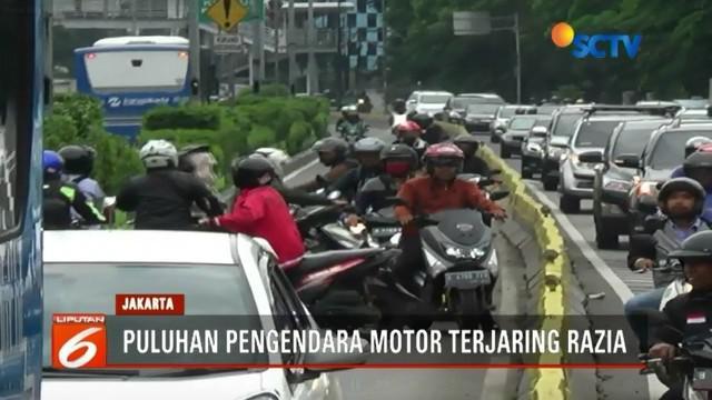 Puluhan pengendara motor panik dan nekat melawan arus saat melihat ada razia lalu lintas di kawasan Jatinegara, Jakarta Timur.