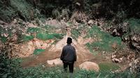 Marjani berdiri di Pinggir Kawah Sinilia, yang 40 tahun lalu meletus dan memicu keluarnya gas beracun dari Kawah Timbang, Dieng, Banjarnegara. (Liputan6.com/Heni/Muhamad Ridlo)