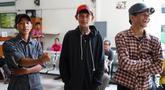 Tiga dari empat pengamen Cipulir korban salah tangkap foto bersama menjelang sidang praperadilan perdana gugatan di Pengadilan Negeri Jakarta Selatan, Senin (22/7/2019). Mereka mengajukan gugatan terhadap Polda Metro Jaya, Kejati DKI, dan Kementerian Keuangan. (Liputan6.com/Immanuel Antonius)