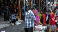 Aktivitas penumpang di Terminal Kalideres, Jakarta Barat, Kamis (29/10/2020). Memasuki libur panjang Maulid Nabi Muhammad SAW, masih belum terlihat lonjakan penumpang yang signifikan di Terminal Kalideres. (Liputan6.com/Johan Tallo)