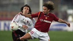 Antonio Cassano. Striker lokal Italia ini didatangkan AS Roma dari Bari pada musim 2001/2002 dengan nilai transfer 31 juta euro. Selama total 4,5 musim, sang Peter Pan tampil dalam 161 laga dengan mencetak 52 gol. Pada tengah musim 2005/2006 ia dilepas ke Real Madrid. (Foto: AFP/Dimitar Dilkoff)