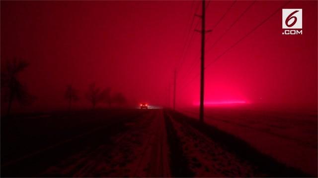 Penduduk Ontario, Kanada dikejutkan dengan munculnya cahaya warna merah di langit. Diduga cahaya tersebut berasal dari rumah kaca yang menggunakan lampu LED.