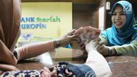 Nasabah melakukan transaksi di Bank Bukopin Syariah, Jakarta, Selasa (30/1). Di periode sama, pertumbuhan aset perbankan konvensional sebesar 11,20% menjadi Rp 7.183,77 triliun. (Liputan6.com/Angga Yuniar)