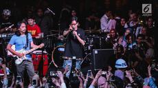 """Musisi Armand Maulana dan Dewa Budjana tampil dalam acara musik amal bertajuk """"Konser Kemanusiaan untuk Lombok"""" di kawasan Jakarta Selatan, Kamis (9/8). Sederet artis papan atas Indonesia menyumbangkan suara mereka. (Liputan6.com/Faizal Fanani)"""