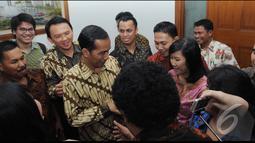 Karena masih dalam suasana lebaran, Jokowi mendapatkan ucapan selamat dari para stafnya, Jakarta, Jumat (8/8/2014) (Liputan6.com/Herman Zakharia)