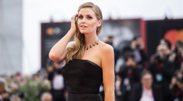 Bergaun Hitam, Keponakan Putri Diana Tampil Cantik di Venice Film Festival