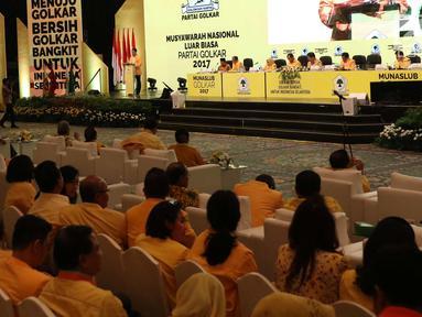 Suasana sidang paripurna musyawarah nasional luar biasa (munaslub) Partai Golkar di Senayan, Jakarta, Selasa (19/12). Paripurna tersebut membahas pandangan umum DPD 1 tiap tiap provinsi. (Liputan6.com/Angga Yuniar)