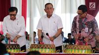 Menkumham Yasonna Laoly (kiri) bersama Menteri Pertahanan Ryamizard Ryacudu memukul bedug saat launching buku Pedoman Pembinaan Kesadaran Bela Negara Bagi Warga Binaan Pemasyarakatan di LP Klas I Cipinang, Jakarta, Kamis (29/3). (Liputan6.com/JohanTallo)