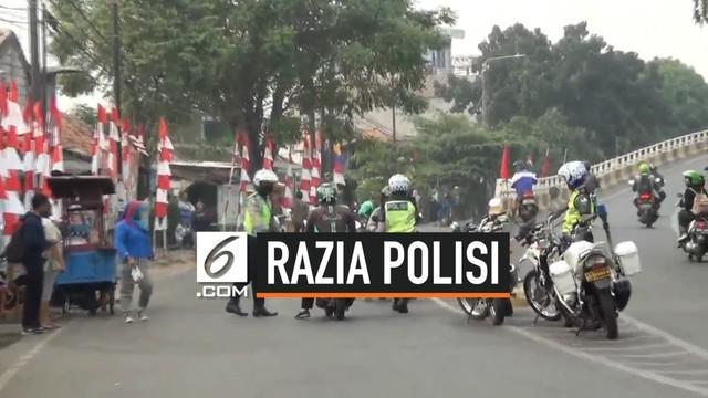 Ditlantas PoldaMetro Jaya menggelar razia kendaraan yang melawan arus di Wilayah Cakung Jakarta Timur. 50 pengendara roda 2 dan 4 ditilang petugas karena melawan arus.