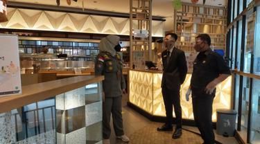 Satuan Polisi Pamong Praja (Satpol PP) Kota Depok menyambangi sejumlah rumah makan dan tempat ibadah saat pelaksanaan salat tarawih di Kota Depok.