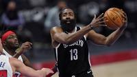 James Harden (kanan) sukses membawa Brooklyn Nets menang 113-111 atas Detroit Pistons di Little Caesars Arena, Sabtu (27/3/2021) pagi WIB. (AP/Carlos Osorio).