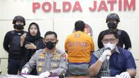 Polda Jatim menangkap penipu seleksi Taruna Akpol 2021. (Dian Kurniawan/Liputan6.com)