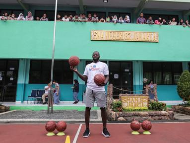 Mantan pemain NBA Jason Richardson saat menghadiri program coaching clinic dan NBA Cares yang digelar Jr. NBA Indonesia di SMAN 82 Jakarta, Kamis (28/9). Jason Richardson merupakan Juara kontes slam dunk NBA 2002 dan 2003. (Liputan6.com/Fery Pradolo)