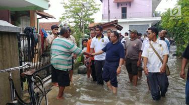 Cagub Jateng nomor urut dua Sudirman Said blusukan ke lokasi banjir di Tegal, Jawa Tengah, Kamis (15/2). Hari ini merupakan jadwal kampanye pertama kalinya setelah Sudirman resmi ditetapkan sebagai cagub oleh KPU. (Liputan6.com/Fajar Eko Nugroho)
