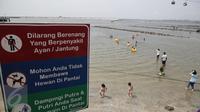 Sejumlah anak-anak bermain air dikawasan pantai Ancol, Jakarta, Jumat (14/4). Sejumlah kawasan wisata di ibukota termasuk Taman Impian Jaya Ancol menjadi tujuan wisata masyarakat menghabiskan libur Hari Paskah. (Liputan6.com/Faizal Fanani)