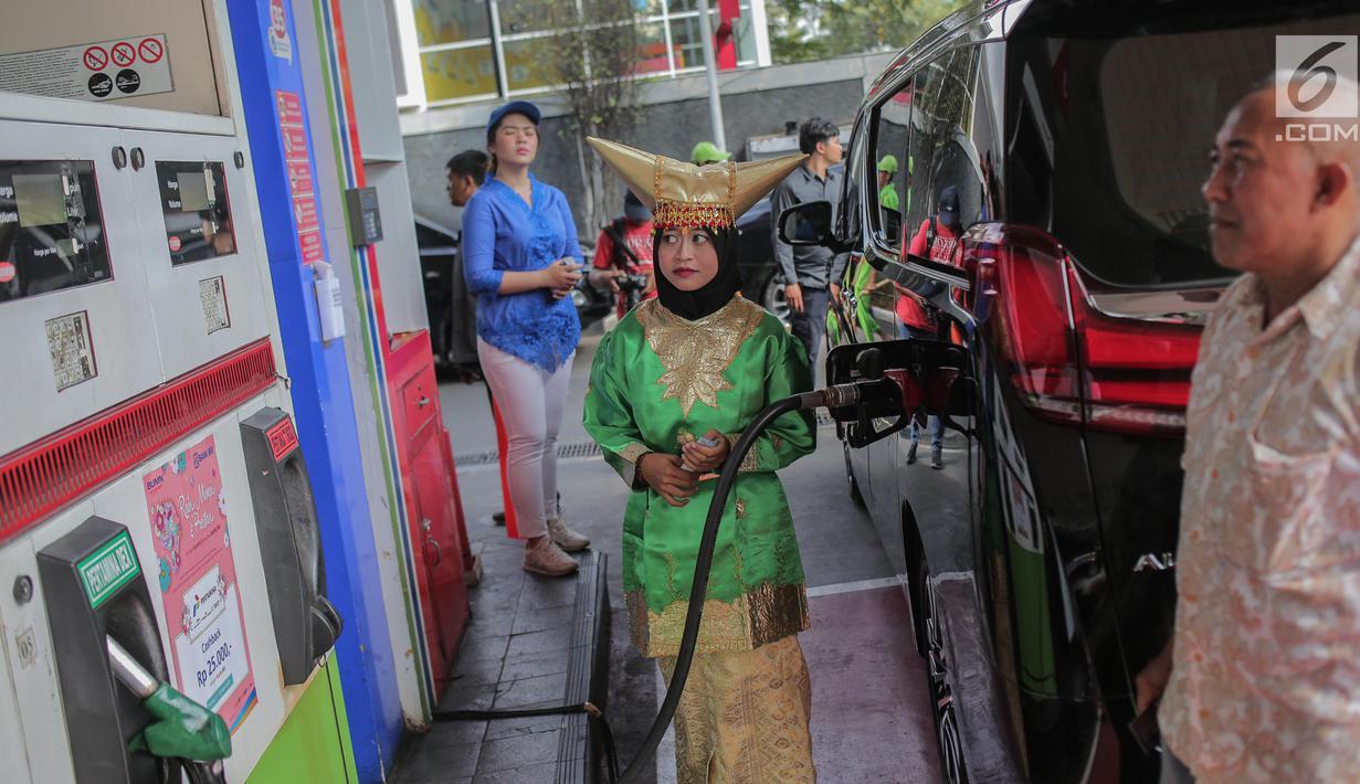 Petugas SPBU mengenakan pakaian adat mengisi bahan bakar minyak (BBM) ke sebuah mobil di kawasan Kelapa Gading, Jakarta, Senin (22/4). Dalam rangka memperingati Hari Kartini pengelola SPBU mengajak Seluruh pegawai SPBU mengenakan mengenakan baju kebaya dan baju adat. (Liputan6.com/Faizal Fanani)