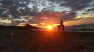 Pantai Minanga, Gorontalo, menyajikan sunrise dan sunset sekaligus. (Foto: Liputan6.com/Arfandi Ibrahim)