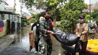 Tim dari BPBD, relawan serta beberapa anggota TNI tampak berjibaku membersihkan sampah dan lumpur sisa banjir di Cimanggu Bogor. (Liputan6.com/Achmad Sudarno).