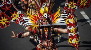 Peserta mengenakan kostum adat Indonesia saat berpartisipasi dalam parade Jember Fashion Carnaval 2017 di pulau Jawa timur (13/8). Sekitar 2000 peserta mengelilingi rute 3,6 kilometer di sekitar kota. (AFP Photo/Juni Kriswanto)