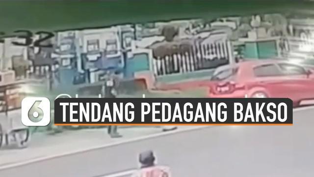 Video seorang pria menendang pedagang bakso keliling viral di media sosial.