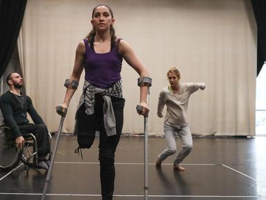 Penari dari Candoco Dance Company menggunakan tongkat dan kursi roda melakukan latihan jelang pertunjukan di London utara, Inggris (13/4). Penari ini juga terdiri dari orang yang berkebutuhan khusus. (AFP Photo/Daniel Leal Olivas)