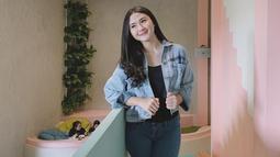 Menjadi warna netral, busan hiatam memang cocok dipadukan dengan celana dan jaket jenas. Penampilan pemeran film Sajadah Ka'bah ini terlihat casual dan sporty. (Liputan6.com/IG/@zahwaqilah)