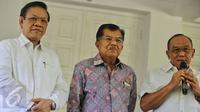 Ketua Umum Partai Golkar Munas Bali Aburizal Bakrie (kanan) memberikan keterangan pers di kediaman wapres, Jakarta, Rabu (3/2). Pertemuan tersebut untuk membahas Munas Luar Biasa (Munaslub). (Liputan6.com/Faizal Fanani)