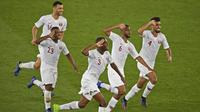 Para pemain Qatar merayakan gol yang dicetak Abdelaziz Hatim ke gawang Jepang pada laga final Piala Asia 2019 di Stadion Zayed Sports City, Abu Dhabi, Jumat (1/2). Qatar menang 3-1 atas Jepang. (AFP/Khaled Desouki)