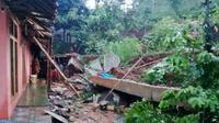 Longsor tebing nyaris menimbun satu rumah di Cilacap. (Foto: Liputan6.com/BPBD Cilacap/Muhamad Ridlo)