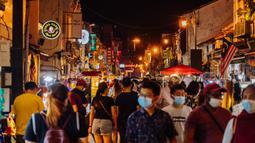 Wisatawan mengunjungi pasar malam Jonker Street di Melaka, Malaysia, 18 September 2020. Pada 2008, Melaka dinobatkan sebagai Situs Warisan Dunia UNESCO. (Xinhua/Zhu Wei)