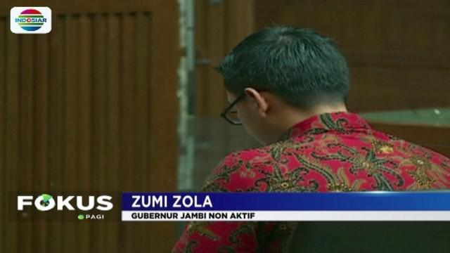 Gubernur Jambi non aktif, Zumi Zola membacakan pledoi dengan berurai air mata. Zola meminta majelis hakim mempertimbangkan hukumannya agar dapat diringankan.