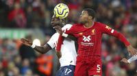 Gelandang Liverpool, Georginio Wijnaldum, berebut bola dengan pemain Tottenham Hotspur, Moussa Sissoko, pada laga Premier League 2019 di Stadion Anfield, Minggu (27/10). Liverpool menang 2-1 atas Tottenham Hotspur. (AP/Jon Super)