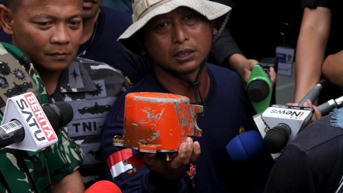 Personil TNI AL menunjukkan CVR Lion Air JT 610 yang jatuh di perairan Karawang Oktober 2018 lalu di laut lepas pantai Karawang (14/1). Para penyelam Angkatan Laut telah nerhasil menemukan CVR Lion Air PK-LQP. (AFP Photo/Azwar Ipank)